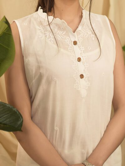 WHITE SCALLOPED SLEEVELESS TOP WITH  BUTTONS